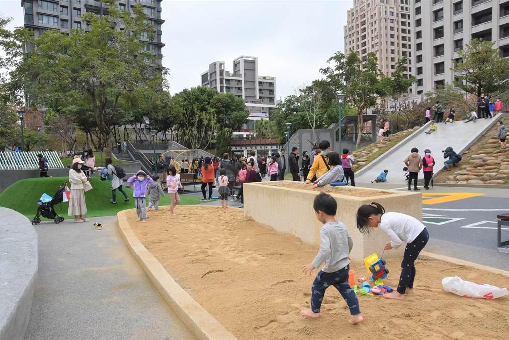 新竹市關新公園落成啟用,設置玩沙池,讓孩童體驗、探索。(莊旻靜攝)