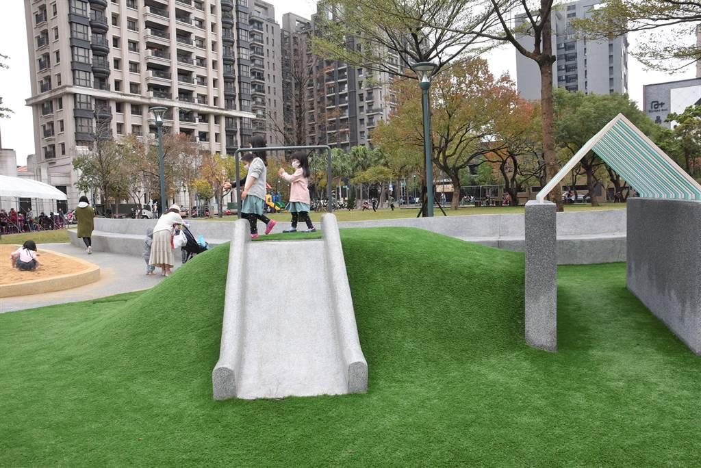 新竹市關新公園落成啟用,小型磨石子溜滑梯,讓年齡較小的孩童也可玩樂。(莊旻靜攝)