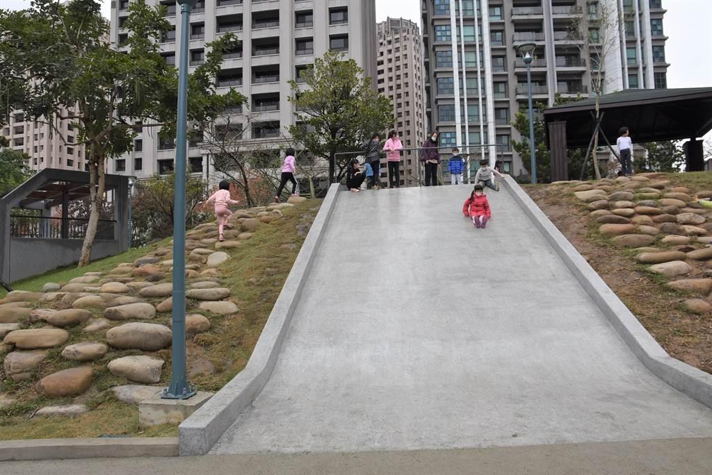 新竹市關新公園落成啟用,寬敞的磨石子溜滑梯,讓年齡大的孩子探索、體驗。(莊旻靜攝)