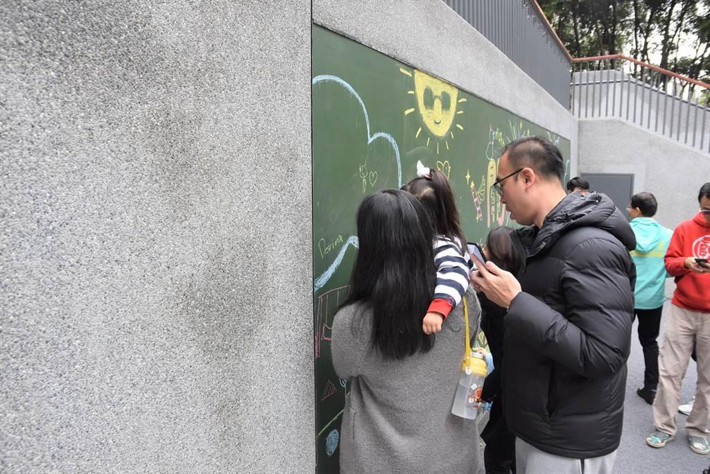新竹市關新公園落成啟用,塗鴉牆的設計讓孩子們可以發揮創意。(莊旻靜攝)