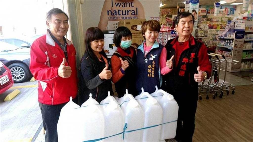 全台水瓶缺貨,欲取水神抗菌液的民眾,可以利用家裡的乾淨瓶子盛裝。