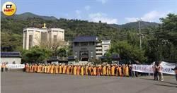 縣議員帶隊會勘納骨塔安檢 寺廟擺18銅人陣阻擋