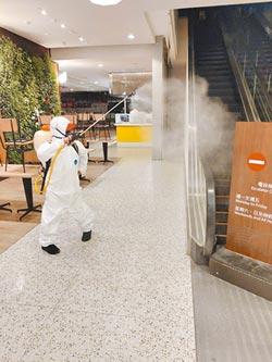 百貨防疫加強消毒 店員戴口罩 測體溫把關