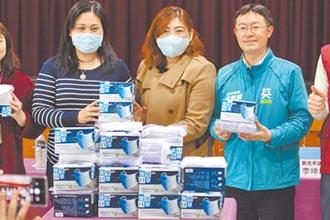 議員李坤城送暖 捐2000兒童口罩