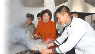 包餃子勞軍兵媽媽 暖胃也暖心