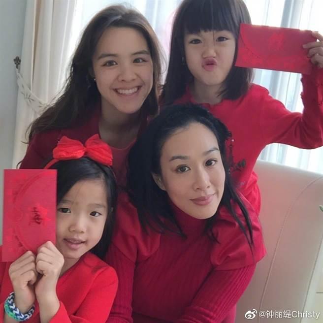 鐘麗緹育有Yasmine、Jaden及Cayla三個女兒。(圖/摘自微博@鐘麗緹)