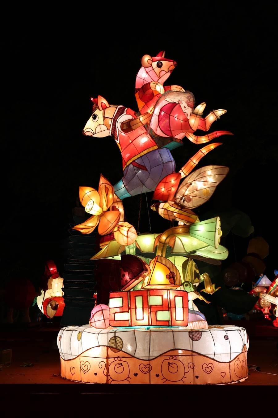高中職組燈王--喜從天降,是由臺南市私立光華高級中學所創作;在造型上雙鼠相背,姿態活靈活現,動物造型分割成細緻立體面。整體畫面精緻且趣味十足。(台中市政府教育局提供/陳世宗台中傳真)