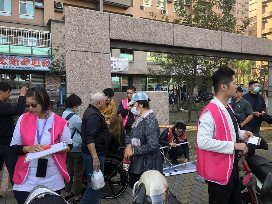 台灣基進7日上午在鳳山工協市場前擺攤宣傳罷韓,採單人分散宣傳,避免觸法爭議。(台灣基進提供/袁庭堯高雄傳真)