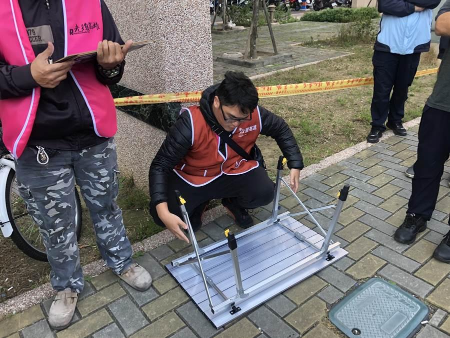 警方勸台灣基進志工收起桌子、退至一旁空地,才平息現場紛爭。(台灣基進提供/袁庭堯高雄傳真)