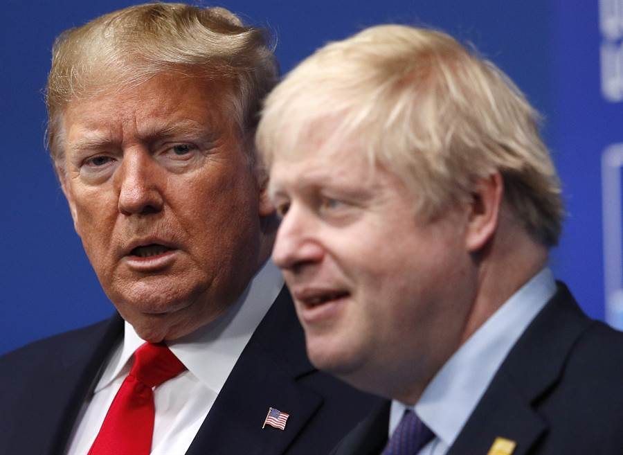 英國首相強生與川普通話,並告知決定讓華為參與英國5G網路建設時,川普「暴跳如雷」。圖為美國總統川普與強森。(美聯社)