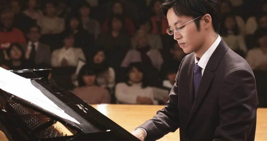鋼琴老師要松坂桃李指出「Do」的位置,他卻指成「Fa」。(圖/CATCHPLAY提供)