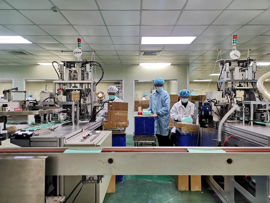 華新醫材集團目前政府徵用其4條生產線,每天投入早晚兩班,共23名人力輪值,加上軍方提供的人力,一天大約可以生產到25萬片左右。(吳建輝攝)