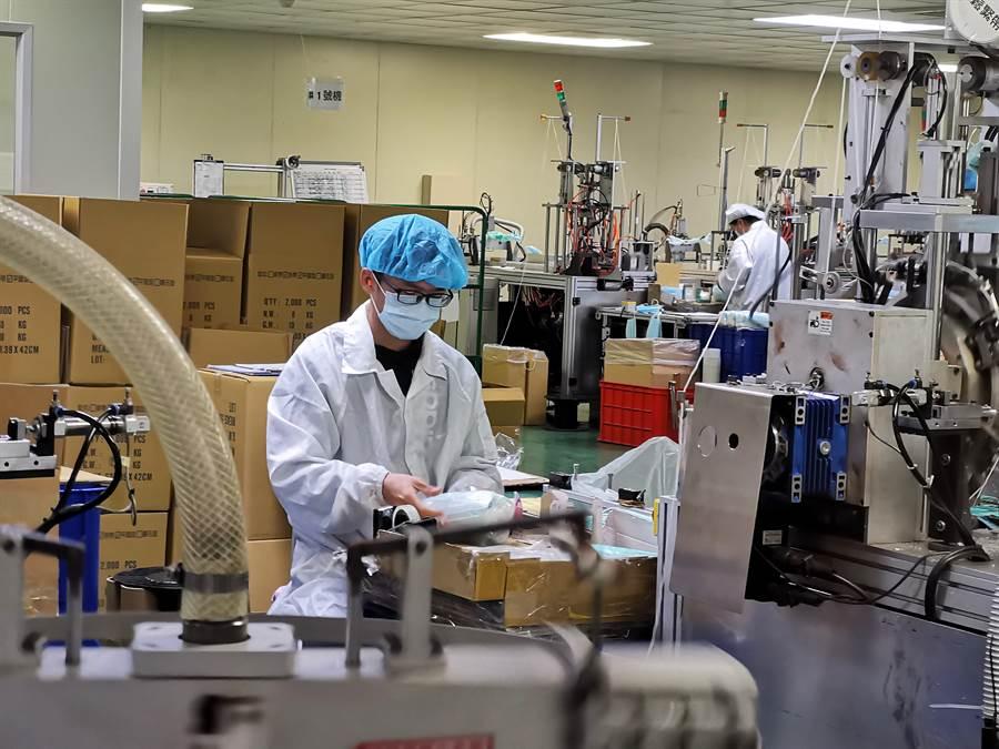 目前國軍投入口罩生產,每天2班每班10人,協助包裝品檢等工作。(吳建輝攝)