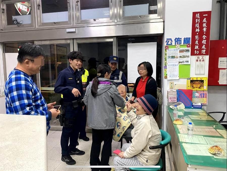 家屬見到老翁平安無事後,喜極而泣,感謝警方幫忙找回老翁。(高市警三民二分局提供/洪浩軒高雄傳真)