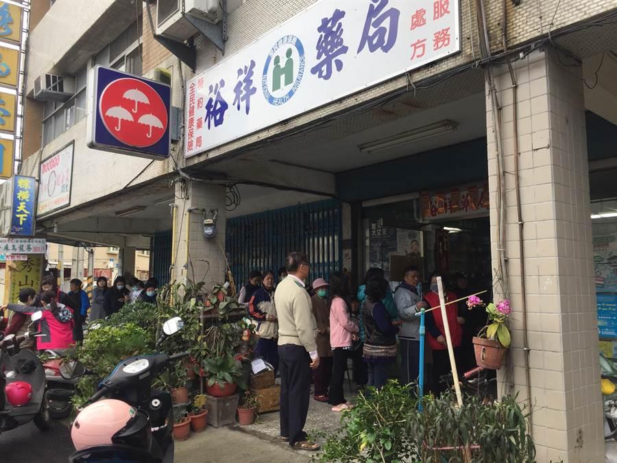頭屋鄉唯一提供口罩販賣的裕祥藥局,7日上午8點多出現排隊人潮。(巫靜婷攝)