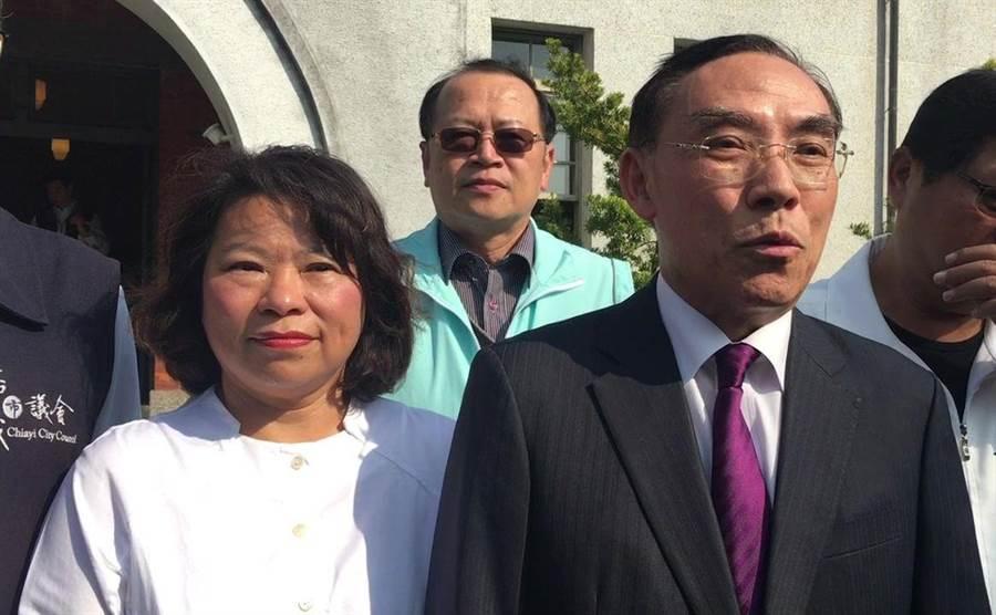 法務部長蔡清祥(右)、嘉義市長黃敏惠(左)呼籲全民共同防疫,勿囤積口罩。(廖素慧攝)