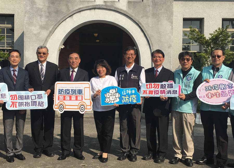 法務部長蔡清祥(左三)、嘉義市長黃敏惠(左四)請全民防疫,勿囤積口罩、哄抬價格。(廖素慧攝)