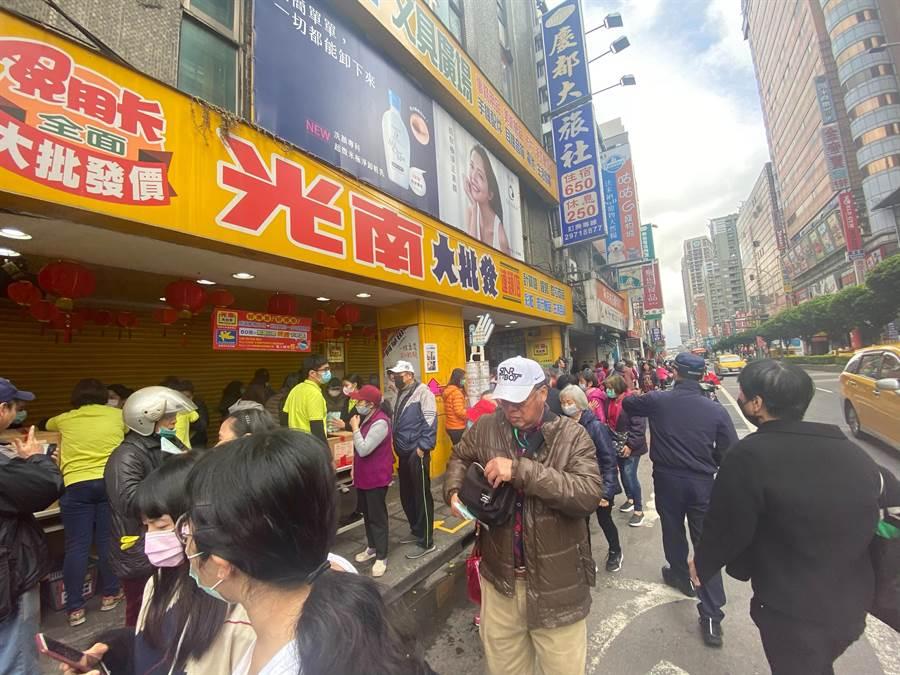 專家說,民眾搶購口罩,是恐慌、焦慮與不安的具體行為展現。(戴上容攝)