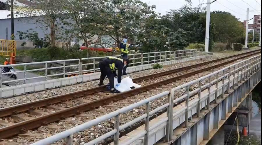 男子遭列車撞斃,陳屍鐵軌。(翻攝照片/王志偉花蓮傳真)
