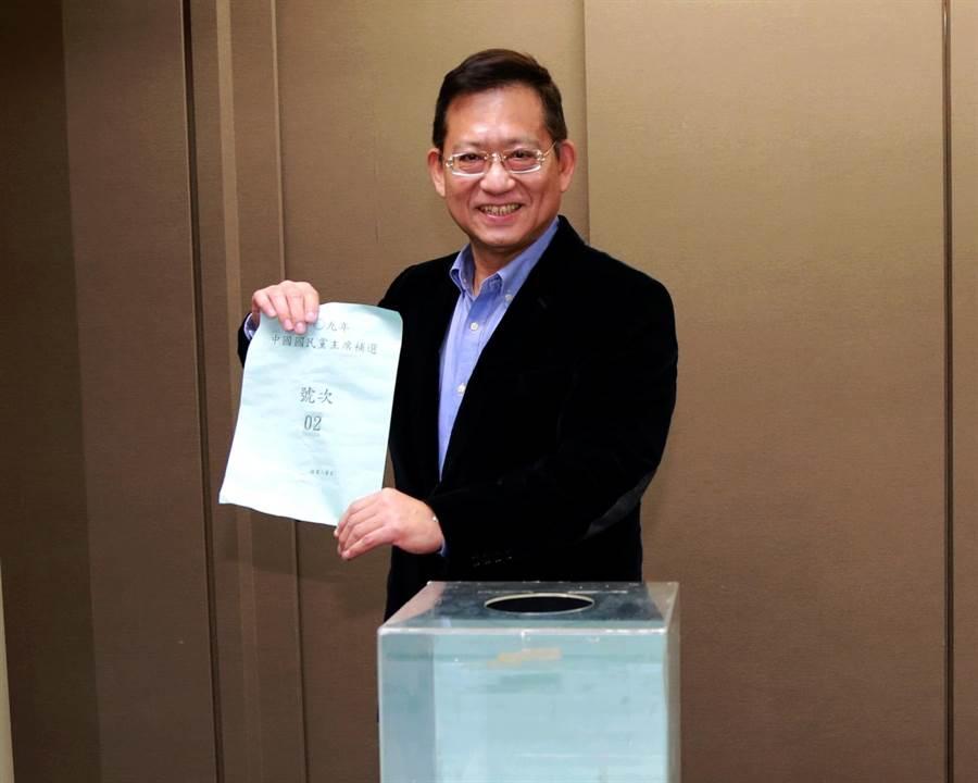 郝龍斌委派吳育昇代為抽籤,抽到2號。(國民黨提供)