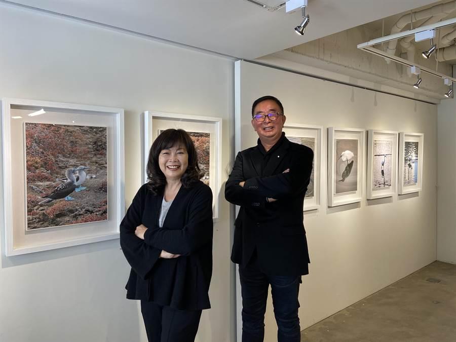 龍寶建設董事長張麗莉(左)首先發掘麗明營造董事長吳春山的攝影美感,驚訝手機能拍出動人的大山大水。(盧金足攝)