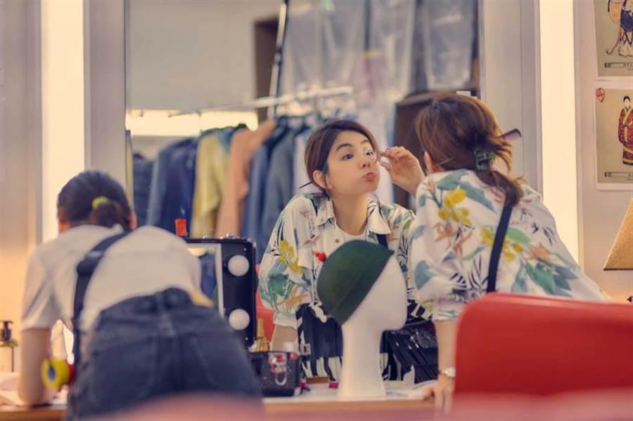 ELLA在片中飾演化妝師小芳。(圖/藝起娛樂提供)