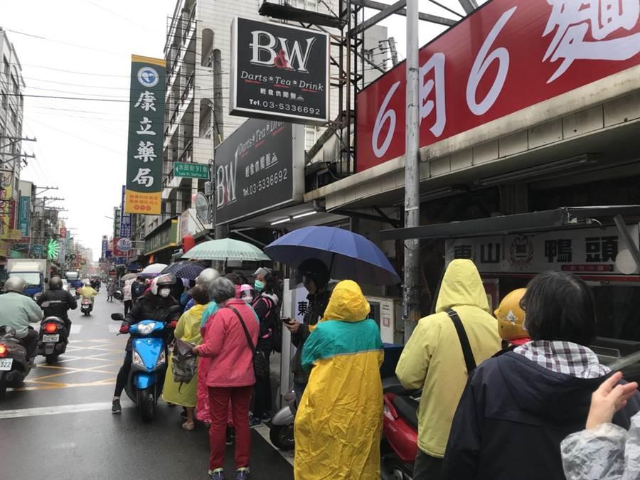 新竹市衛生局成立「108人小組」通報系統,市府並製作「新竹市口罩存貨地圖」,協助民眾買到口罩。(莊旻靜攝)