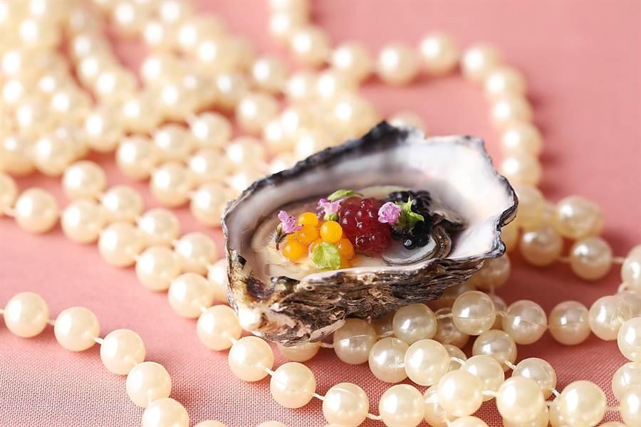 台北君悅酒店〈寶艾〉西餐廳情人節套餐中的珍珠開胃菜,主廚花了一番心思設計,形色頗搶眼。(圖/台北君悅酒店)