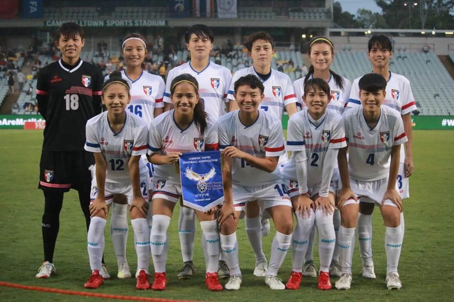中華女足戰澳洲先發11人賽前合影。(中華足協提供)