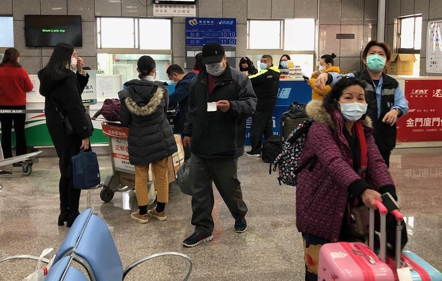 金門「小三通」往來旅客持續遞減,今天出境213人、入境126人。(李金生攝)