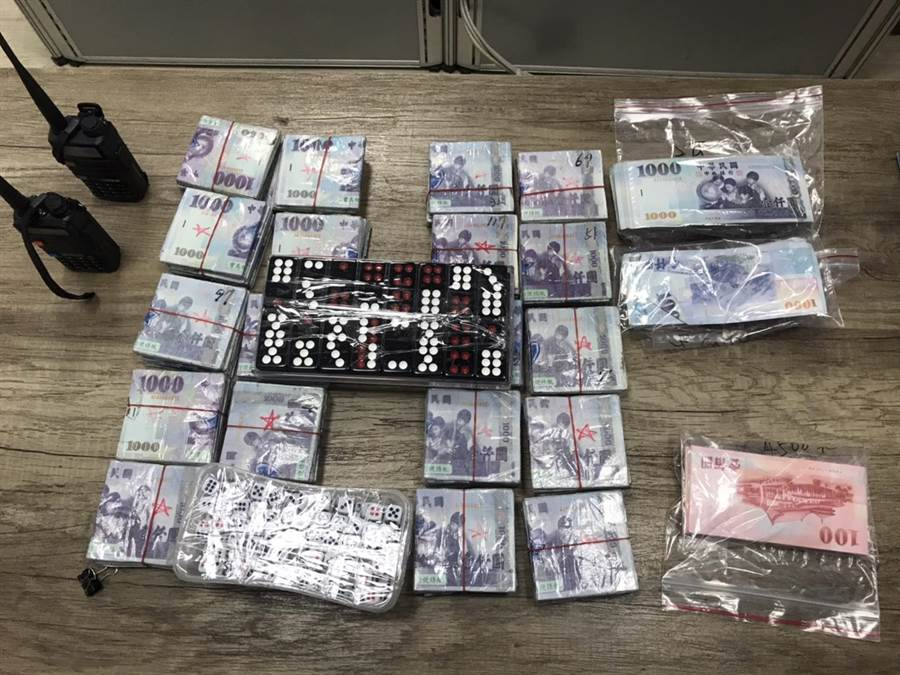 桃園市警方7日凌晨破獲職業賭場,同時沒入257萬元賭資。(平鎮分局提供/邱立雅桃園傳真)