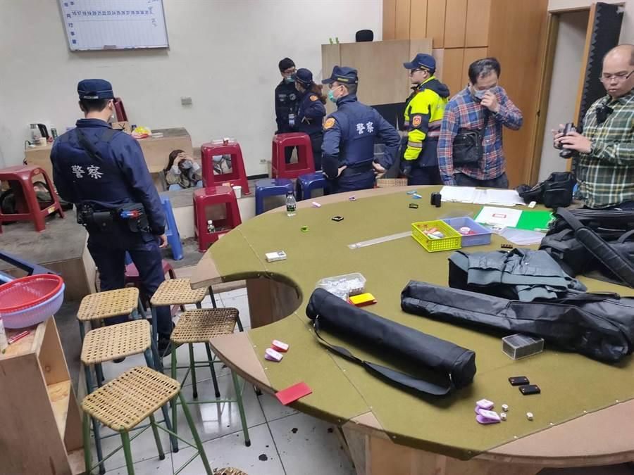 桃園市警方一舉破獲53人天九牌職業大型賭場,並將全數賭客依法送辦。(平鎮分局提供/邱立雅桃園傳真)