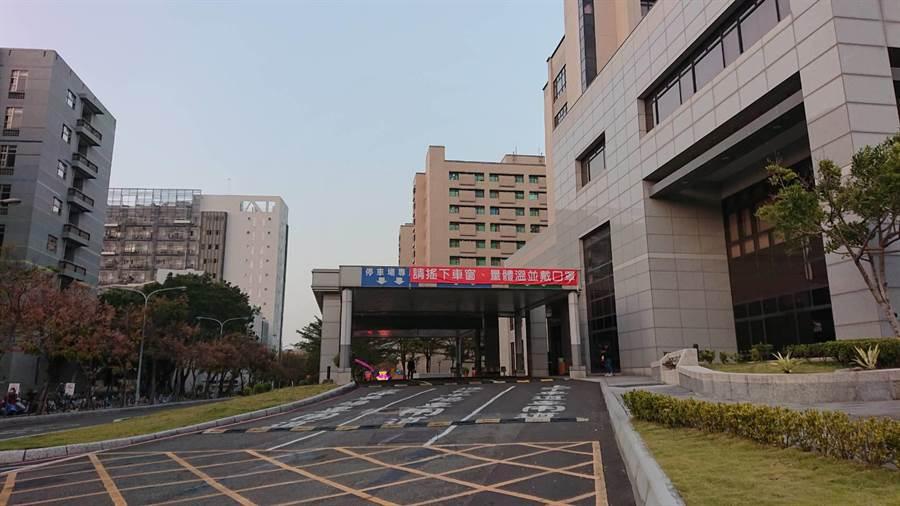 成大醫院關閉門診大樓三號門進出口。(程炳璋攝)