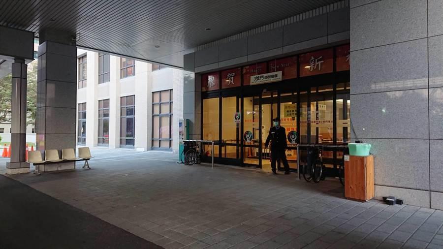 成大醫院門診大樓3號門出入口7日起封閉。(程炳璋攝)