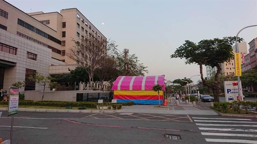 成大醫院門診大樓3號門封閉,路口貼標語改從2號門出入。(程炳璋攝)