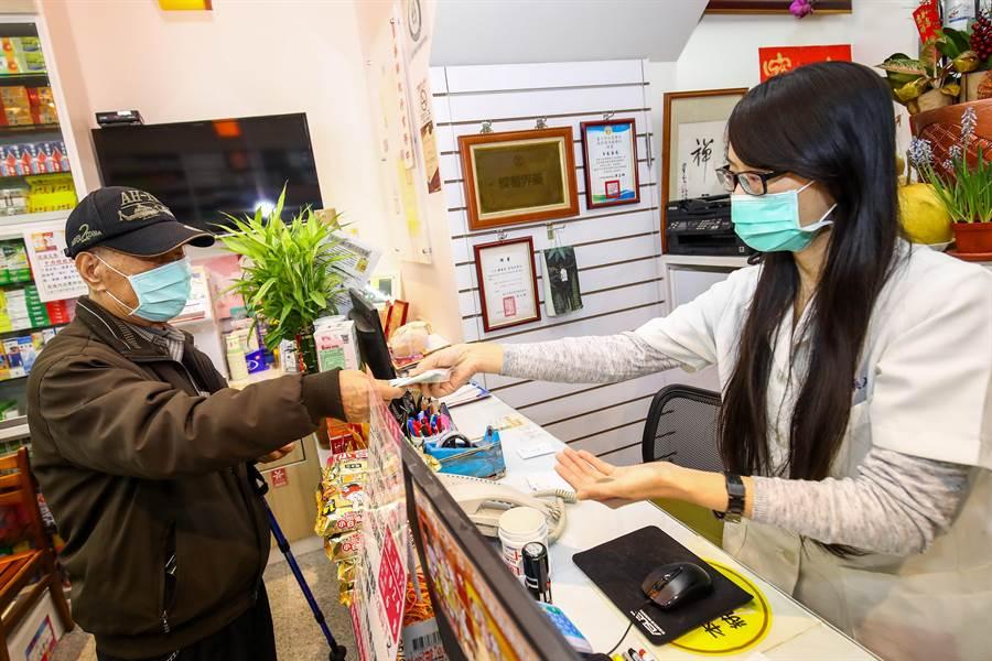 台中市有819間健保特約藥局,市民查詢「台中即時口罩地圖」,買口罩不必東奔西跑。(盧金足攝)