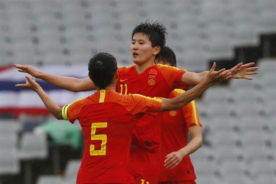 大陸女足以6比1輕取泰國,圖為前鋒王姍姍進球後與隊友慶祝。(美聯社)