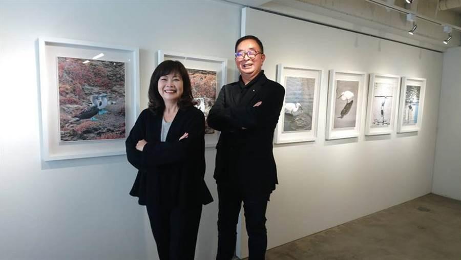 (在張麗莉(左)的盛情邀請下,吳春山將人生首場攝影展給了臻品藝術中心。圖/曾麗芳)