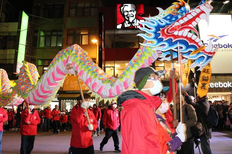 2020苗栗(火旁)龍「民俗踩街」活動,7日晚間6點在南苗三角公園盛大展開。(巫靜婷攝)