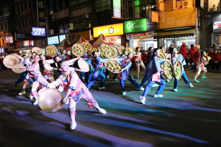 2020苗栗(火旁)龍「民俗踩街」活動7日晚間登場,開場由苗栗國中帶來「客舞龍城」表演。(巫靜婷攝)