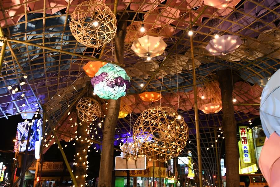 其中眾所期待的彰化市火車站前「傘亮廣場」,7日晚間點亮啟用。(彰化市公所提供/吳敏菁彰化傳真)
