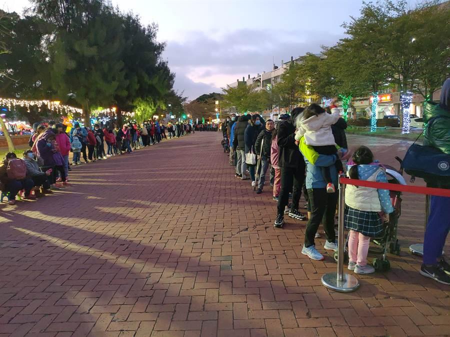 鹿港鎮公所舉辦頂番婆鬧元宵,前夕先送金鼠小提燈,吸引大排長龍。(吳敏菁攝)