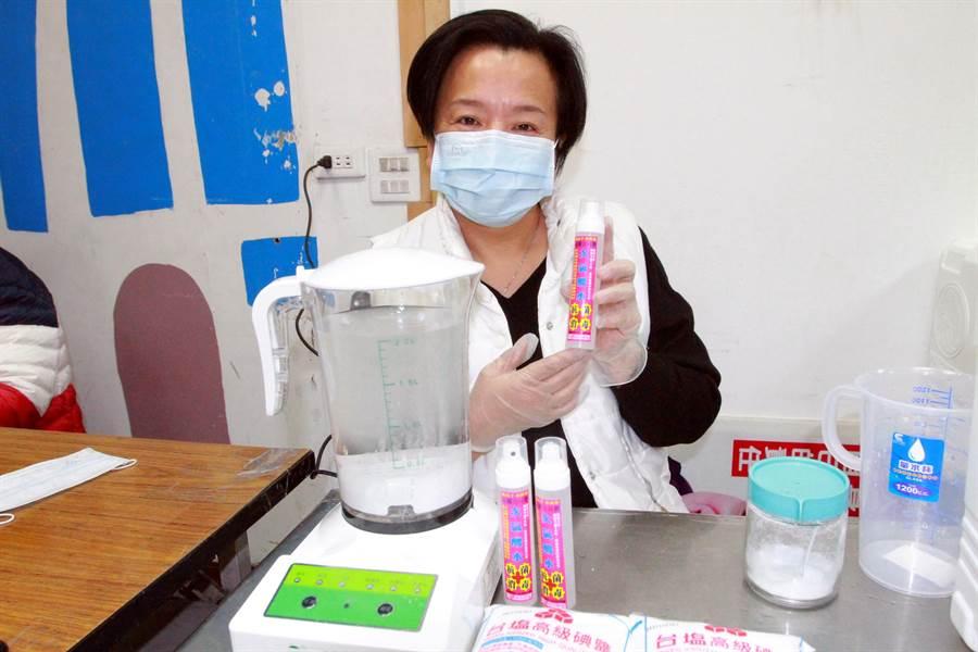 彰化縣議員張雪如說,特別請醫師朋友幫忙購買專業機器,製作3千瓶次氯酸液,將在指定地點免費發送給民眾索取。(吳建輝攝)