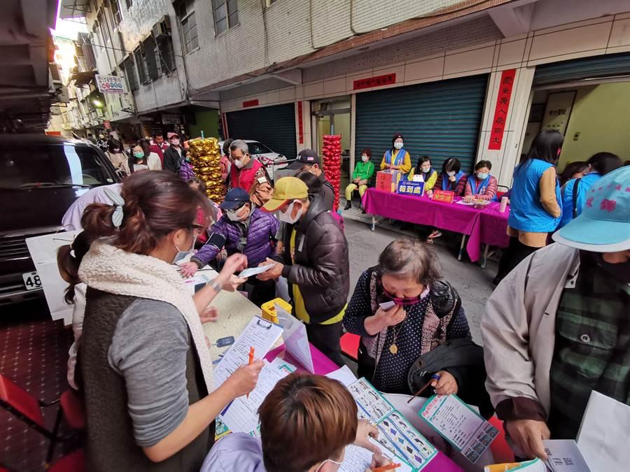 發起人賴明毅說,街友也是疫情高危險群,希望增加對街友的關注,讓大家更重視街友的防疫工作。(吳建輝攝)
