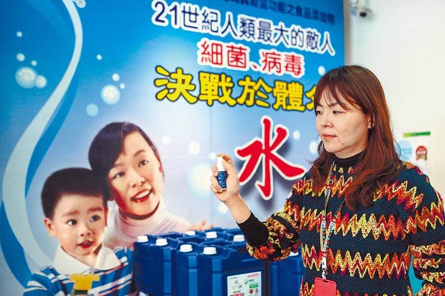 武漢肺炎來勢洶洶,台北水神事業部總經理高雅鈴表示,經權威機構認證的「水神抗菌液」擁有絕佳抗菌效果,與口罩配合使用更能達事半功倍之效。(鄧博仁攝)