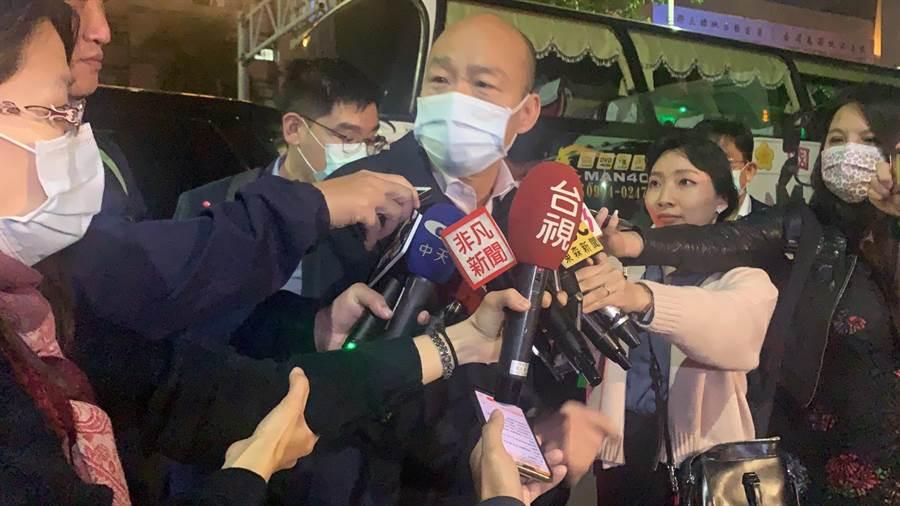 高雄市長韓國瑜今天巡視公車清消時,突然捧起消毒水,引發議論。他今晚解釋,是為確保消毒水比例是否正確。(柯宗緯攝)