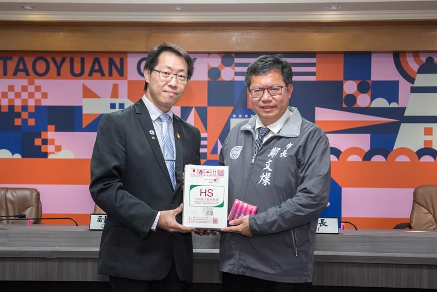 合順聯合醫學集團執行長張凱翔(左)捐贈酒精給予防疫人員及警察,7日由桃園市長鄭文燦感謝。(賴佑維攝)