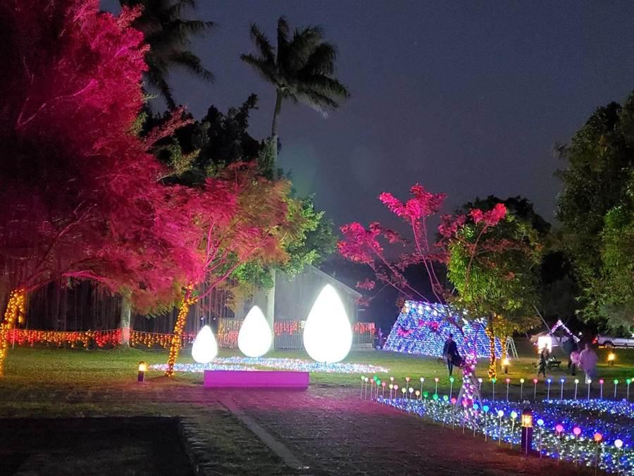 北港燈會水道頭文化園區主展場以現代裝置藝術呈現,運用大量光點元素布置,呈現「水畔尋源是故鄉」意象。(周麗蘭攝)