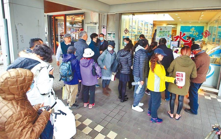守護台灣對抗疫情,旺旺集團5日免費提供水神次氯酸抗菌液,許多民眾得知旺旺水神在發放免費抗菌液,拿著空桶來到門市排隊領取。(陳信翰攝)