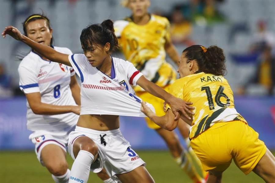 澳洲球員拚搶強悍,前鋒拉索(右)幾乎要扯破中華女足後衛卓莉珊的球衣。(美聯社)